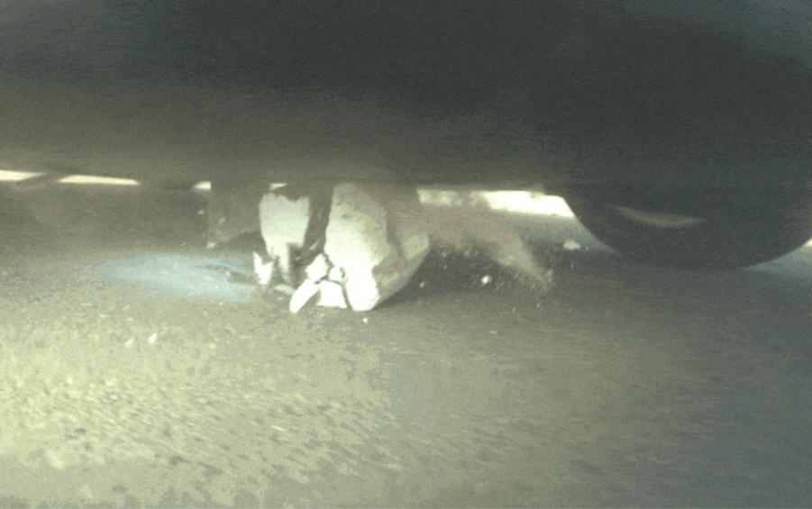 La Tesla Model S si scontro contro un blocco di cemento