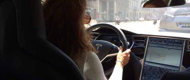 Monica Secondino al volante della Tesla Model S