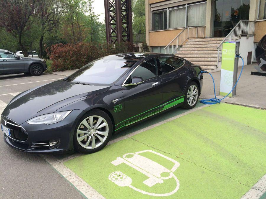 La Tesla Model S di DUE Energie in ricarica presso la sede di Duferco Italia Holding a San Zeno Naviglio (Brescia)